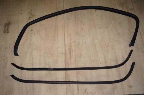 Ущільнювач скла дверей зовнішній нижній лівий Renault Trafic (Vivaro, Primastar) L Б/У image 1 | Renaultmaster.com.ua